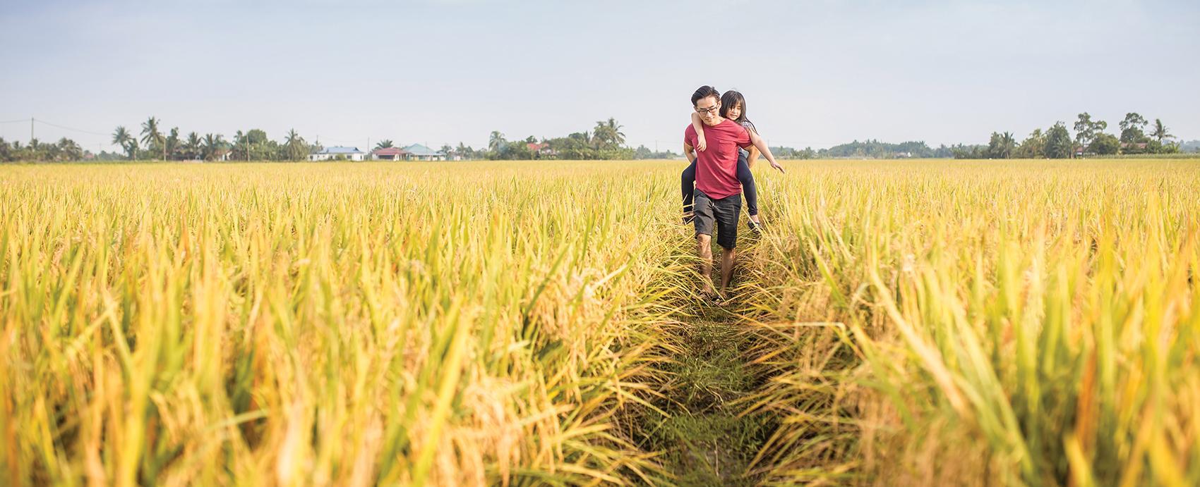 man_father_girl_child_walking_grass_fields_2102_1700w.jpg
